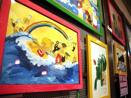 「ラ・ムッジーナ カフェ」店内の壁面に展示する作品