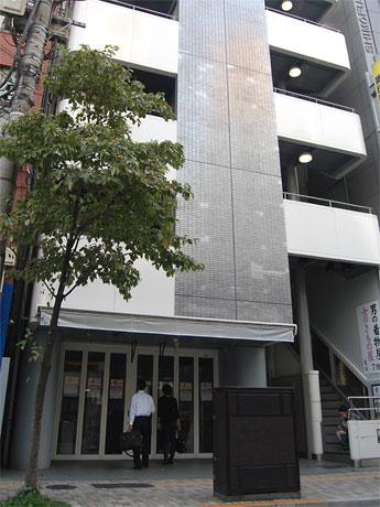 恵比寿の老舗玩具店「ミスタークラフト」が突然の閉店。8階建てのビルのうち6フロアに入居していた。閉店を知らせる告示書に見入る客の姿も