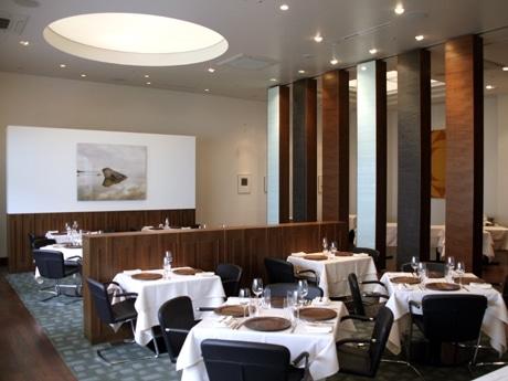NY発・北欧レストラン「アクアヴィット」店内。テーブルやいすなど北欧のインテリアが並ぶ