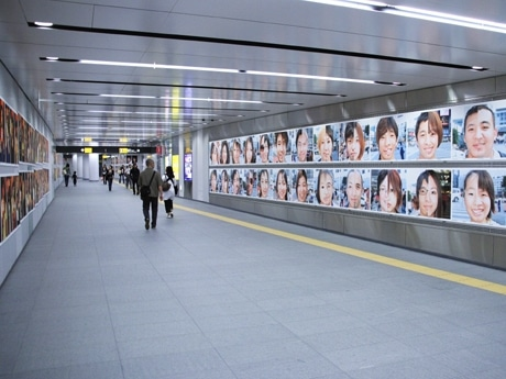 渋谷駅地下コンコース内に展示されたポートレート群