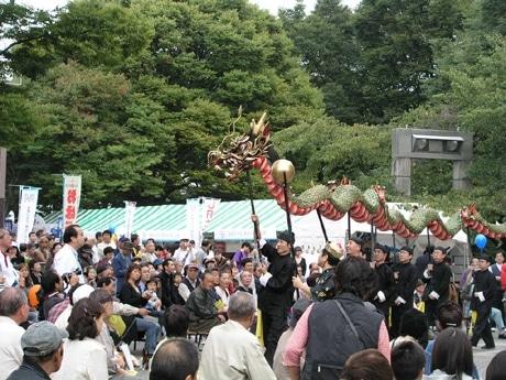 「龍踊り」が披露された昨年の「九州フェア」の様子