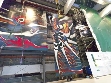 渋谷駅構内で設置作業が進められる「明日の神話」の一部。今後一般公開に向けて最終調整に入る(写真=岡本太郎記念現代芸術振興財団提供)