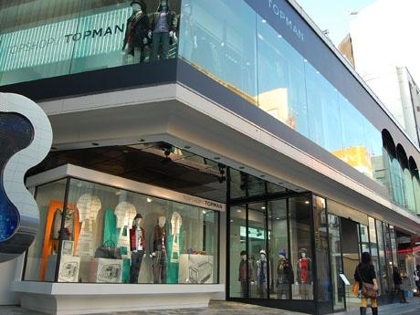 ラフォーレ原宿1階~2階に店を構える「トップショップ/トップマン」。エッジの効いたハイストリートファッション商品がそろう