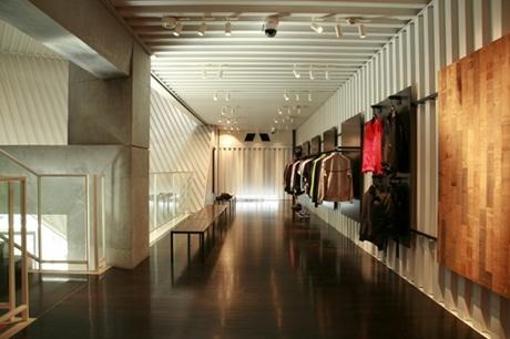 原宿・キャットストリートにオープンしたナイキ「NSW STORE」店内。安藤忠雄さんが設計した空間にゆったりと商品が並ぶ