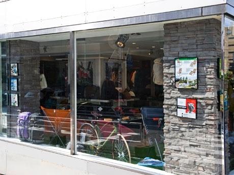 仏アウトドアブランド「ラフマ」都内初の路面店がキャットストリートに。店内は「芝生」「木」の2区画で構成
