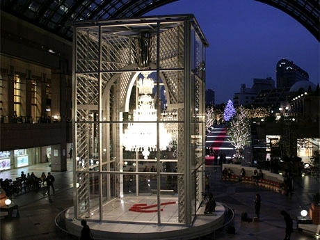 バカラシャンデリアやクリスマス・イルミネーションを点灯した会場の様子