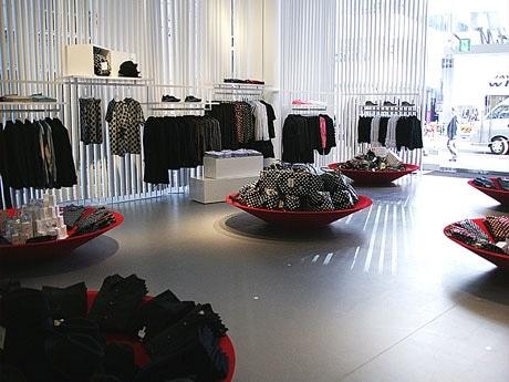 7日、ひと足早く公開された「H&M原宿店」の1階には世界に先駆けてコラボライン「エイチ・アンド・エム コム デ ギャルソン」の商品が並ぶ。フロア面積は銀座1号店の約1.5倍