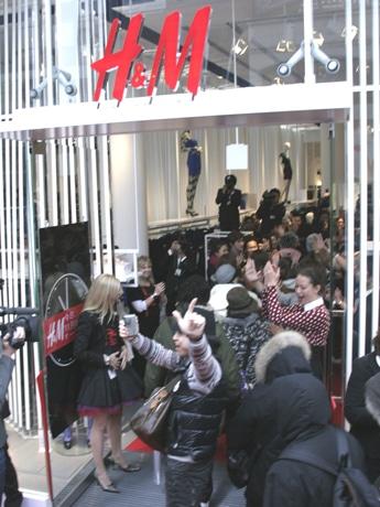 エドマン社長とスタッフが迎える中、オープンを待ちわびた人々が続々と入店する。原宿店のオープン前には2,000人が列を作った