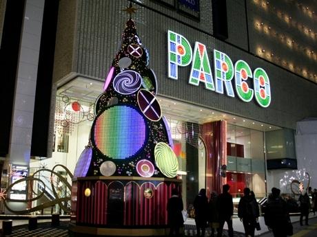 テクノ系のサウンドに合わせイルミネーションが変化する渋谷パルコのクリスマスツリー