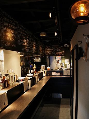 入口から奥へと伸びる店内では、ハウス系のクラブミュージックを流し雰囲気を盛り上げる