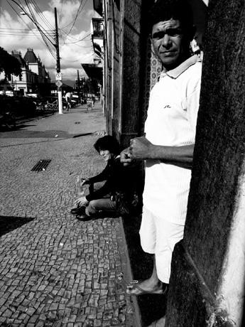 ブラジル移民100周年でサンパウロの街の様子をとらえた森山さん(ドキュメンタリー「森山大道『サンパウロ、路上にて』」より)