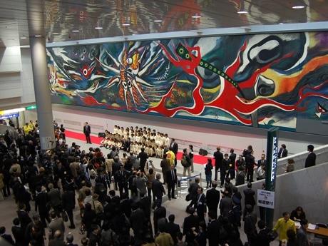 渋谷駅構内でベールを脱いだ岡本太郎の大作「明日の神話」。絵はハチ公前交差点からも一部を見ることができる