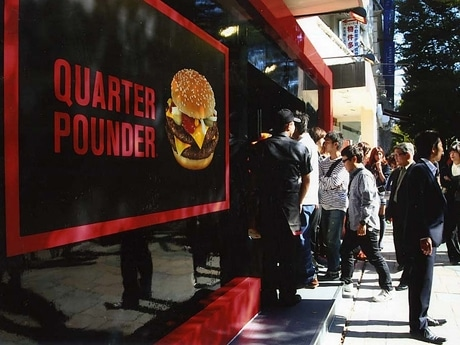 「QUARTER POUNDER SHOP表参道店」オープン時(写真)にはテレビ番組での事前告知効果などもあり行列ができた