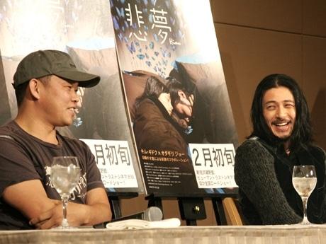 会見に登場したキム・ギドク監督(左)とオダギリジョーさん(右)。「親友のよう」(オダギリさん)と息の合ったトークを披露した