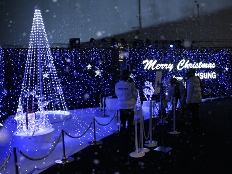 「ブルー」が点灯すると、音楽とともに会場内に人工雪が降り注ぐ。渋谷「タワーレコード」隣のサムスン電子特設会場で