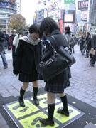 渋谷・ハチ公前に埋め込み型「発電床」-通行人の振動で発電