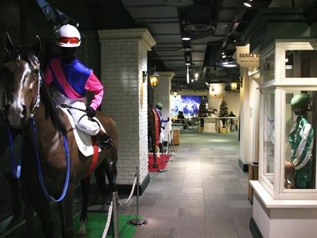 営業終了する「プラザエクウス渋谷」内の様子。競走馬などの原寸大模型などで競馬ファンらから親しまれた