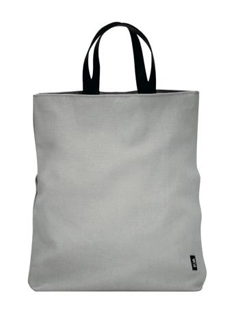 伊デザインブランドから深澤直人さんデザインのバッグ。新たに開発した素材は撥水性や耐久性にも優れる
