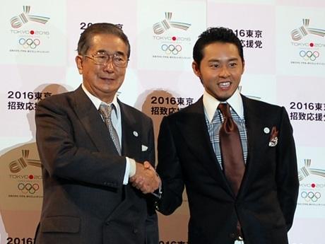 東京オリンピック招致「決起」イベントで石原都知事と握手を交わす北島選手。「応援党」党首に就任した