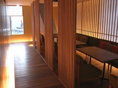インテリアデザイナー辻村久信さんが手掛けた、京都の雰囲気漂う店内。障子などで「和」テイストを随所に