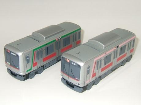 東急線の人気車両が貯金箱に(写真左=「田園都市線 5000系」、右=「東横線 5050系」)