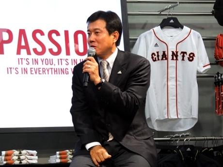 渋谷・文化村通りにオープンしたアディダス複合店の内覧会であいさつする巨人の原監督