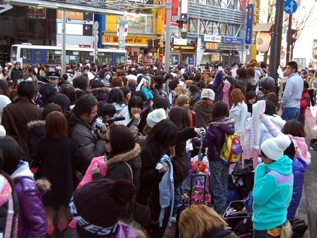 渋谷「109」初売りに若者が集結。エントランス付近では福袋の中身を開けて恒例の「福袋交換会」も
