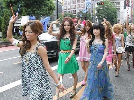 2007年5月、自ら立ち上げたエコプロジェクトで「マイはし」パレードも(写真左が藤田さん)