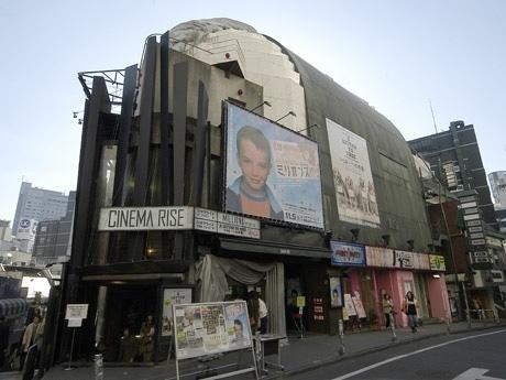 渋谷・スペイン坂上の「シネマライズ」外観。学割では入場料を従来の1,500円から1,000円に