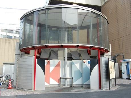 恵比寿駅前にある公衆トイレ(写真)でも命名権を導入予定。スポンサーは施設内で広告を掲出できる特典も