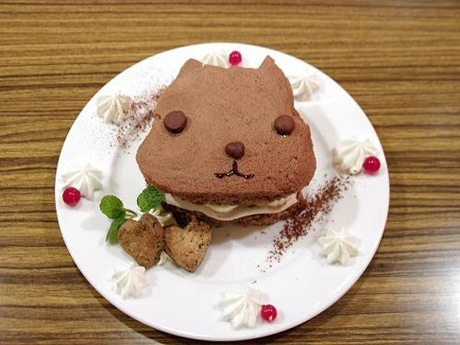 期間限定で提供するオリジナルメニュー「カピバラさんの のすのすココアケーキ」(公式ブログより)©TRYWORKS