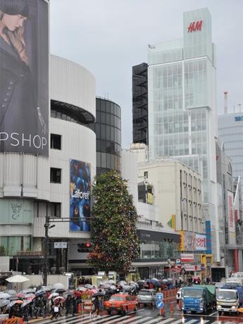 「H&M」(写真=右奥)などの海外チェーンがひしめく原宿に1号店を出店する