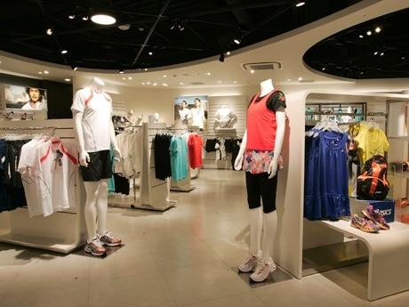 「アシックスストア原宿」店内の様子。ファッション性の高い女性向けライン「Active Beauty」ラインも展開