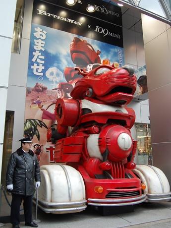 109-2前に出現した「ヤッターワン」実物大模型。高さ約5.5メートルのリアルな模型に足を止める通行人も