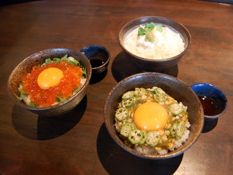 渋谷・ぷん楽で提供中の「ねこまんま」メニュー3品。たれやトッピングを混ぜて一気にかき込む楽しみも