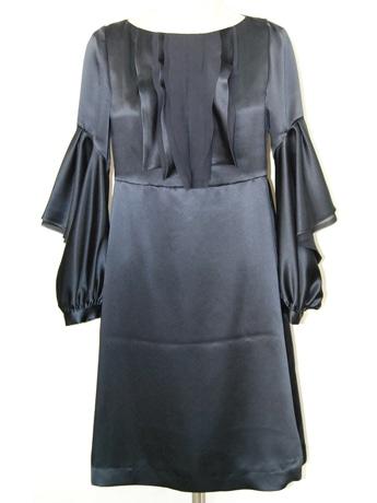 ブルーブラックのサテン素材がシックなワンピース(33,600円)。袖や胸元のディテールにもこだわった