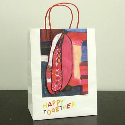 期間中、大手セレクト各店が採用するショッピングバッグ(写真)。イラストは新進画家・清水壮一郎さん作