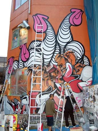 アーティストによるペイント作業が進められている渋谷・宇田川町「パークビル」外壁