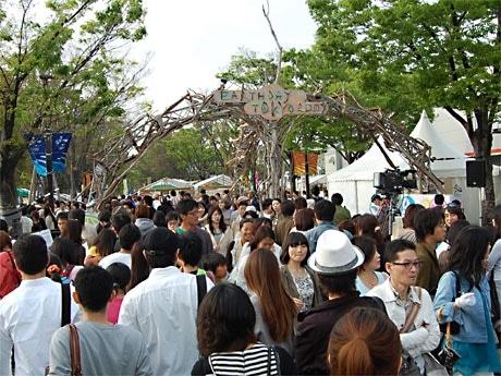 代々木公園一帯で18日に始まった環境イベント「アースデイ東京」(写真=多くの人でにぎわう会場内の様子)