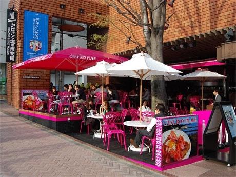「たばこと塩の博物館」に新設されたカフェ(写真=オープン初日の店内の様子)