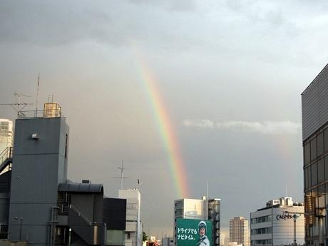恵比寿上空に向かってのびる虹の様子。その後再び雲に覆われ、わずかな時間での貴重な出現となった
