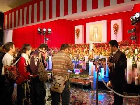 ラストステージに見立てた祭壇はカラフルなバラの花やキャンドルで彩られた。献花の際、涙するファンの姿も