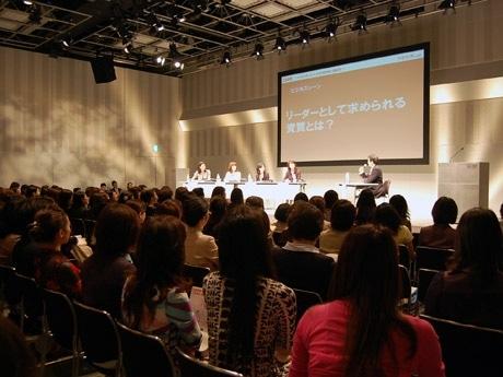 会場には女性社長300人が集結。竹中元大臣らの討論に熱心に聞き入った