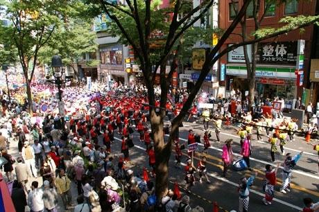 パレードでは道玄坂、文化村通り一帯がカラフルな「踊り連」でにぎやかに(写真=昨年の様子)