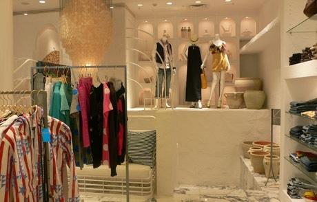 高級リゾートをイメージした店内(写真=1階)。男女ミックスの商品構成でカップル客も取り込む