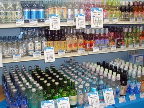 1Cフロアで展開中の「地サイダー・ラムネ祭り」コーナー(写真)。約50種類のご当地商品がそろう