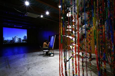 会場では映像作品のほか、精巧に再現した丹頂鶴の立体「千羽鶴」も展示(photo=Kenji Morita)