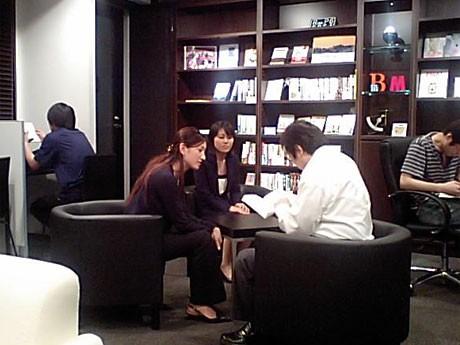 「勉強カフェ」のオープンな店内