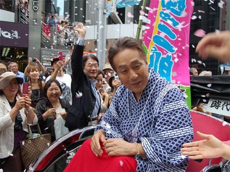 紙吹雪の中を人力車で移動する中村勘三郎さん