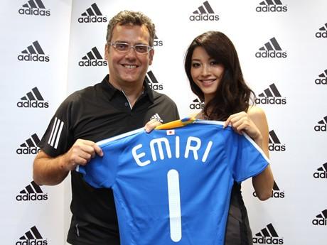 アディダス ジャパンのパスカル・マルタン代表(左)と宮坂絵美里さん(右)。宮坂さんに自身の名前が入ったサッカー日本代表ジャージーが贈られた